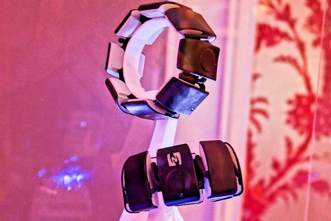 Un bracelet vibrant pour communiquer en toute discrétion avec Feeltact