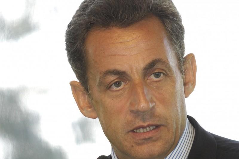 Du sérieux au futile, Nicolas Sarkozy slalome entre les questions sur twitter durant 1 H 30