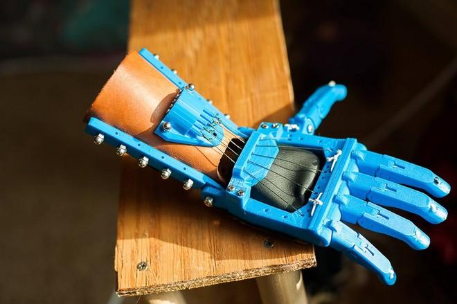 Un petit Français de 6 ans reçoit une main imprimée en 3D