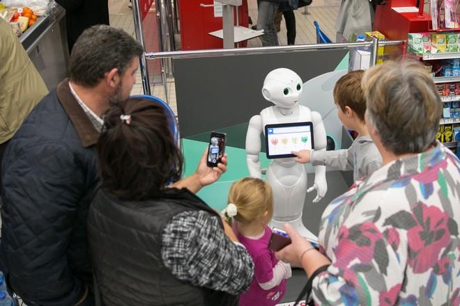 Carrefour amuse la galerie avec le robot Pepper