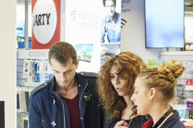 """Darty incite ses vendeurs à """"tchater"""" avec les clients depuis les magasins"""