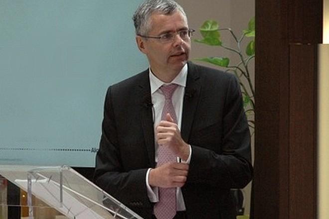 Michel Combes, PDG de SFR, tacle les lourdeurs de ses anciens employeurs