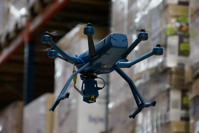 Un drone chargé des inventaires testé dans un entrepôt de FM Logistic en Isère