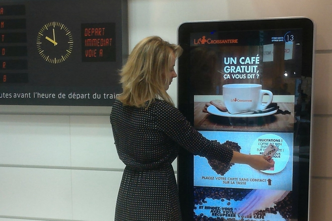 La SNCF expérimente les écrans publicitaires connectés en gare