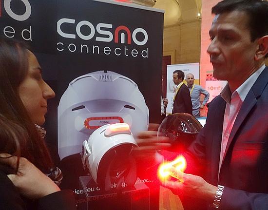 cosmo connected propose un feu de freinage connect placer sur un casque de moto il tait. Black Bedroom Furniture Sets. Home Design Ideas