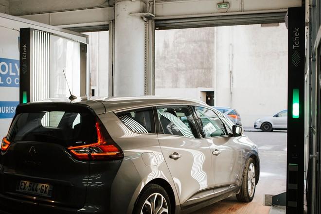 Une analyse automatisée des dommages fait à un véhicule avec le scanner de la startup Tchek