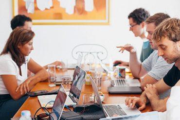 Acquisition de Slack par Salesforce pour 27,7 milliards de dollars : le point d'orgue d'une concurrence effrénée avec Microsoft