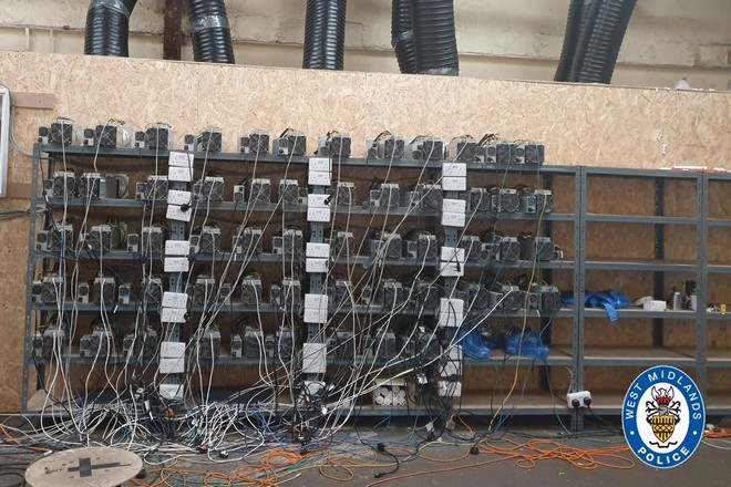 Une ferme de minage de crypto-monnaie démantelée par la police britannique